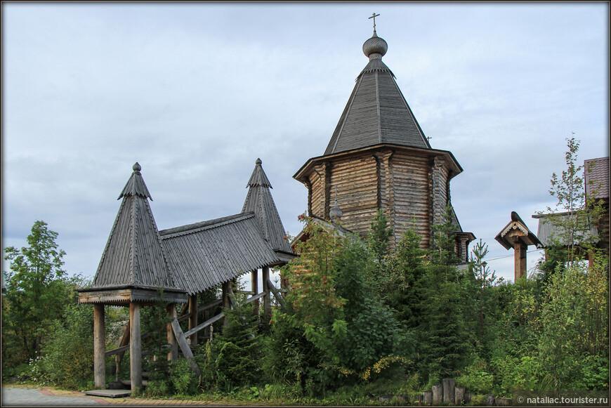 Храм Феодорита Кольского и лесенка, закрытая навесом.