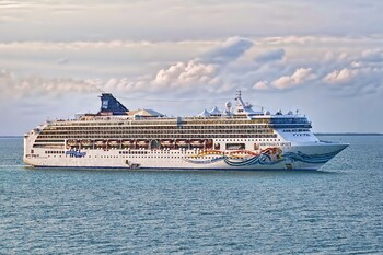 Туристы на круизном лайнере устроили бунт из-за отменённых экскурсий и неработающих туалетов