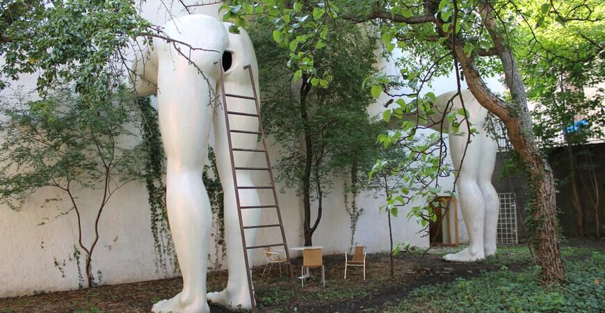 Памятник подхалимству в Праге (скульптура «Подхалимство»)
