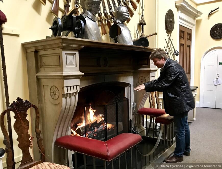 Зажженный камин источает аромат аромат благородной древесины
