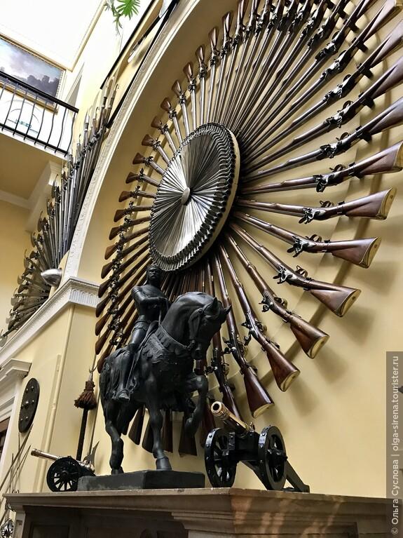 Настенное украшение из боевых винтовок