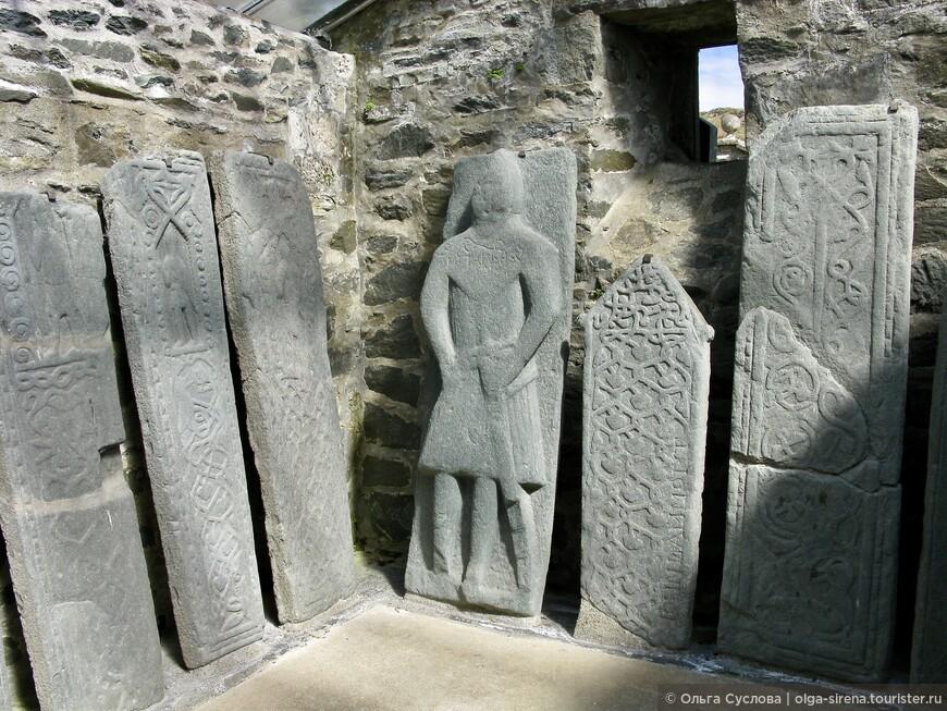 Надгробия настолько старые, что высеченные рельефы уже утратили четкость линий