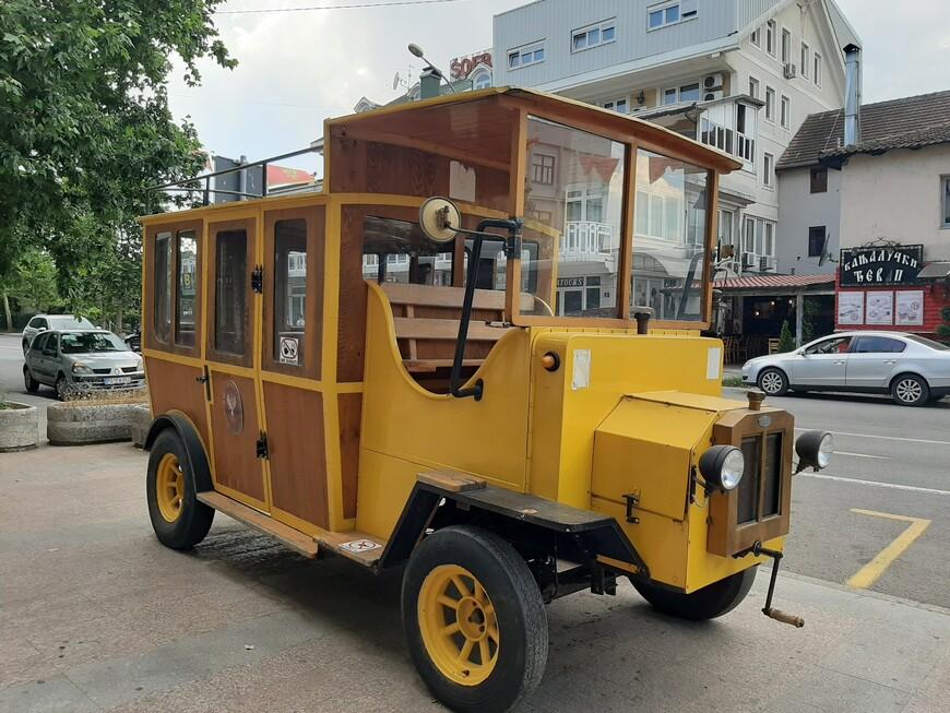 В начале квартала Стара Варош стоит такой вот интересный экспонат. Старый автомобиль в старом квартале.