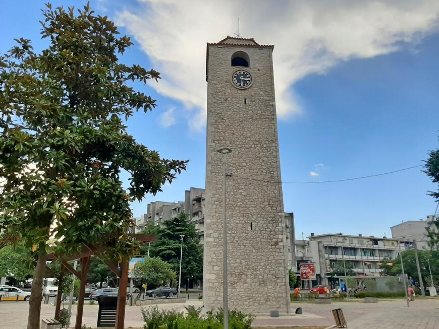 """16-метровая башня Сахат Кула ( по -турецки Саат Кулеси ) предположительно была возведена  в  квартале Стара Варош во второй половине XVII века ( в 1667 г.) турецким визирем Хаджи-пашой Османагичем.   Когда-то она возвещала горожанам, который час, - колокол на вершине башни звонил каждые полчаса. В 1890 г. уже после ухода из страны османов на вершину каменного столба водрузили металлический крест - знак того, что мусульманские времена здесь прошли. Крест  изготовил мастер  Стефан Радович.  По преданию часы для башни были привезены из Италии и в течение долгого времени  оставались единственным общественным источником точного времени в городе. В 2012 году старый часовой механизм был заменён на новый цифровой, привезённый из Франции,  его внешний вид остался прежним, и   часы снова показывают точное время,  но колокол сегодня уже не звонит. А в 2017 году турецкая организация """"Тика""""  финансировала реконструкцию площади и башни, в результате чего крест, простоявший на башне с часами  более ста лет, был снят, это  вызвало бурю негодования населения Подгорицы. И крест опять на вершине башни."""
