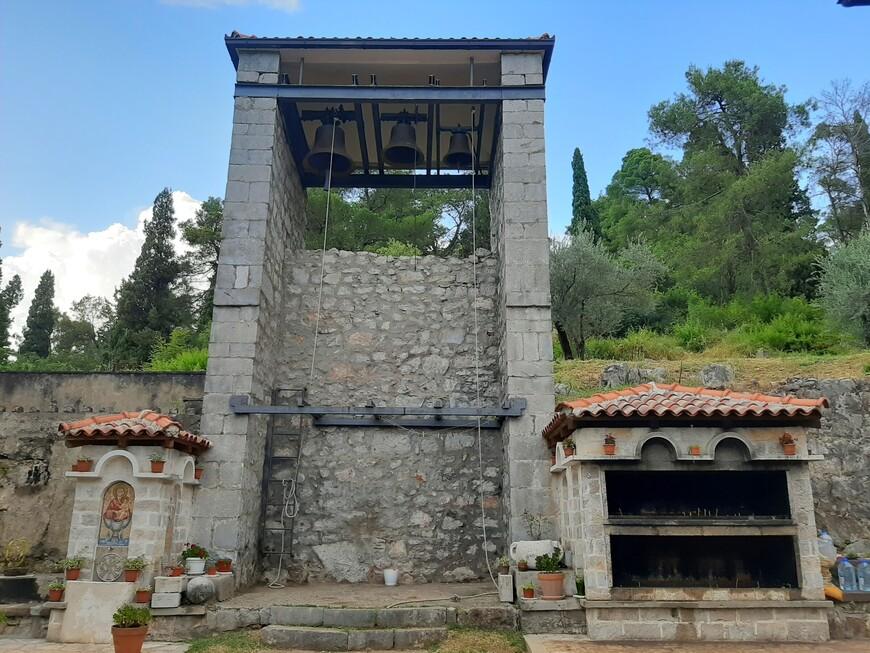 Питьевой фонтан. Звонница. Место для зажигания свечек.( Свечи можно купить в церкви, у входа справа есть небольшая православная лавка).