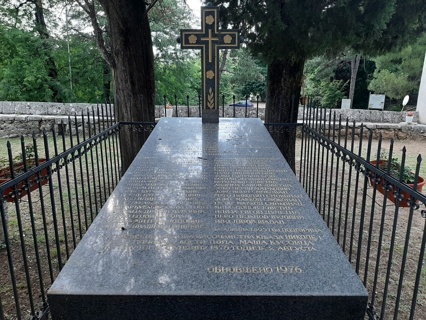 Рядом с церковью было городское кладбище. Во время  восстановительных работ на прилегающей к церкви территории некоторые захоронения ( с установленными именами погребённых) объединили.