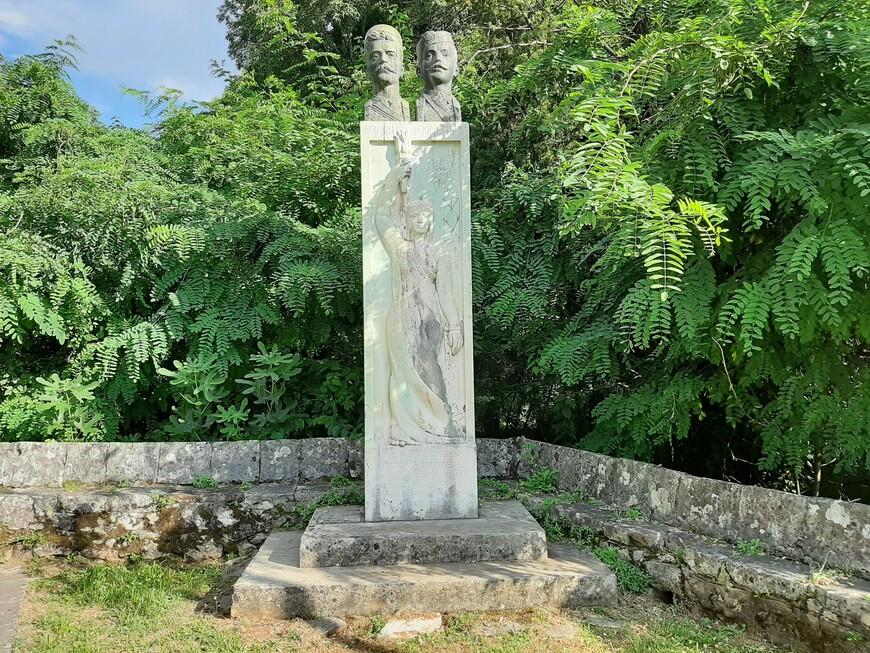 Илиjи Б. Петровићу и Петру Б. Митровићу, борцам за свободу и права, погибшим в 1909 году, памятник установили  в 1933 году благодарные потомки.