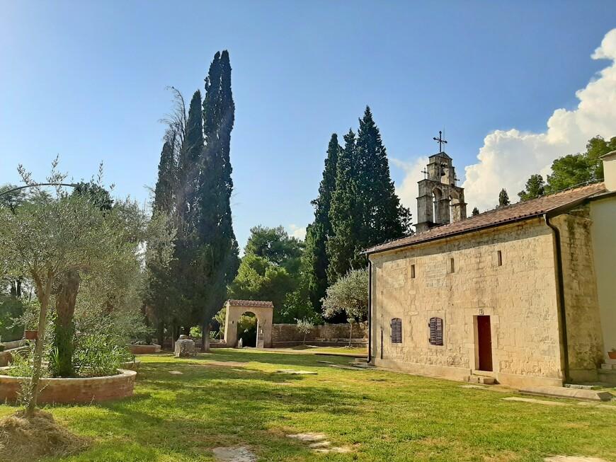 Время неумолимо... За свою долгую жизнь церковь Святого Георгия  неоднократно ремонтировалась и восстанавливалась, поэтому ее нынешний внешний вид  значительно отличается от первоначального.