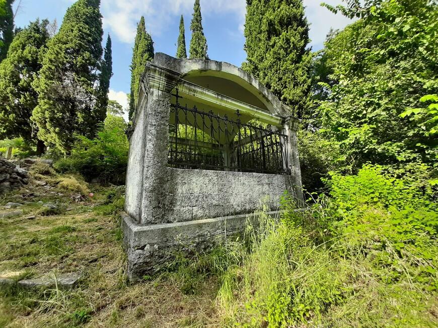Старинное кладбище у церкви Святого Георгия. Многим захоронениям больше ста лет.