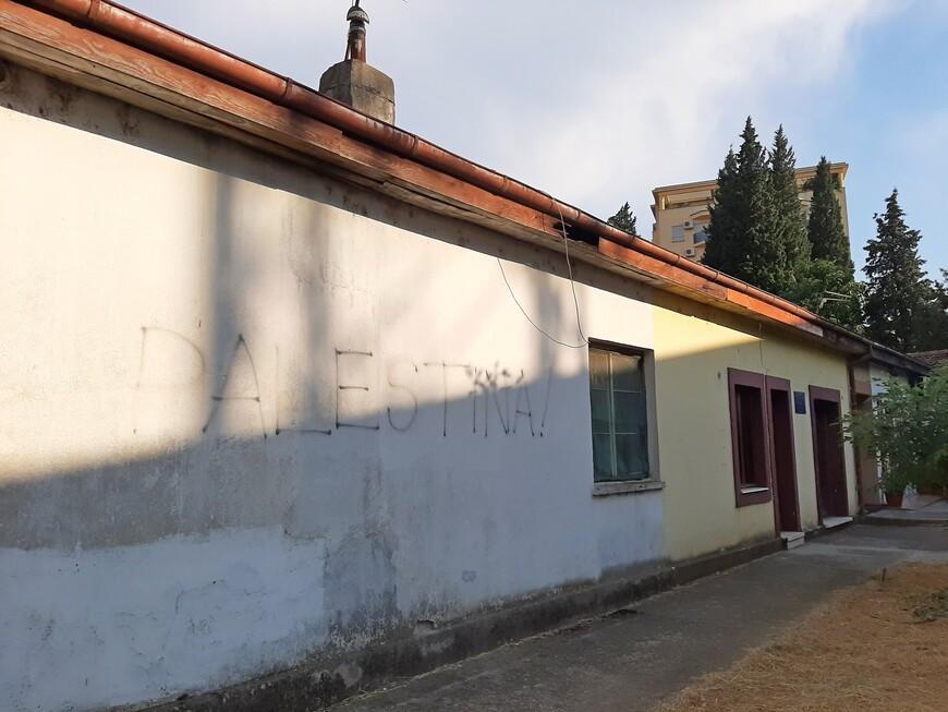 Далее идём по улице 19 декабря со старыми зданиями.  В конце улицы стоит церковь.  А на стене  дома обозначен  крик чьей-то души.