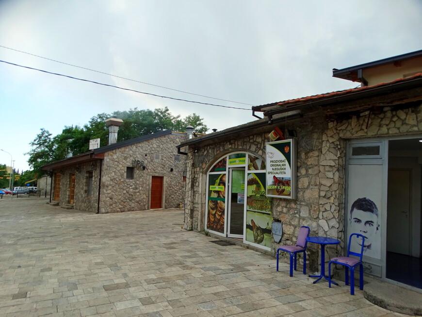 Стара Варош - старый город Подгорицы с извилистыми улочками,  построенный в типичном османском стиле, сохранил свой колорит. Но у низких домиков сейчас иное предназначение. В них расположены  ювелирные магазины, рестораны,  бутики, парикмахерские, мастерские.