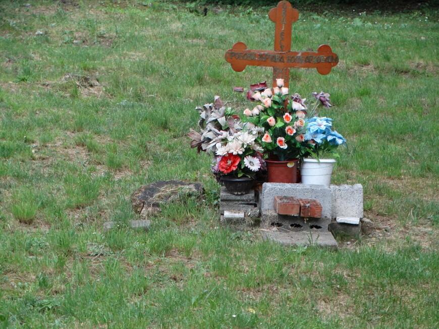 Это гробови (могилы!) многих жертв бомбардировок 1941-1945 гг.
