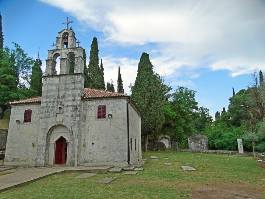 Церковь Святого Георгия стоит на большой территории, которая в прошедших веках была городским кладбищем. Об этом рассказывают сохранившиеся могильные плиты и памятники. За зданием церкви - руины старинных склепов. Кладбище открыто для туристов.