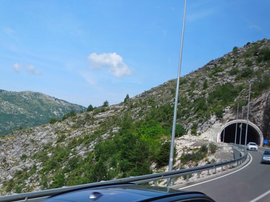 Возвращаемся в Будву по опасному  горному серпантину через тоннели.