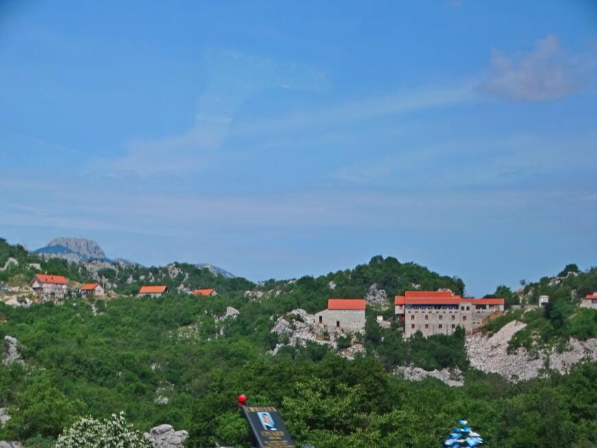 В Черногории тоже обозначают места погибших в ДТП.