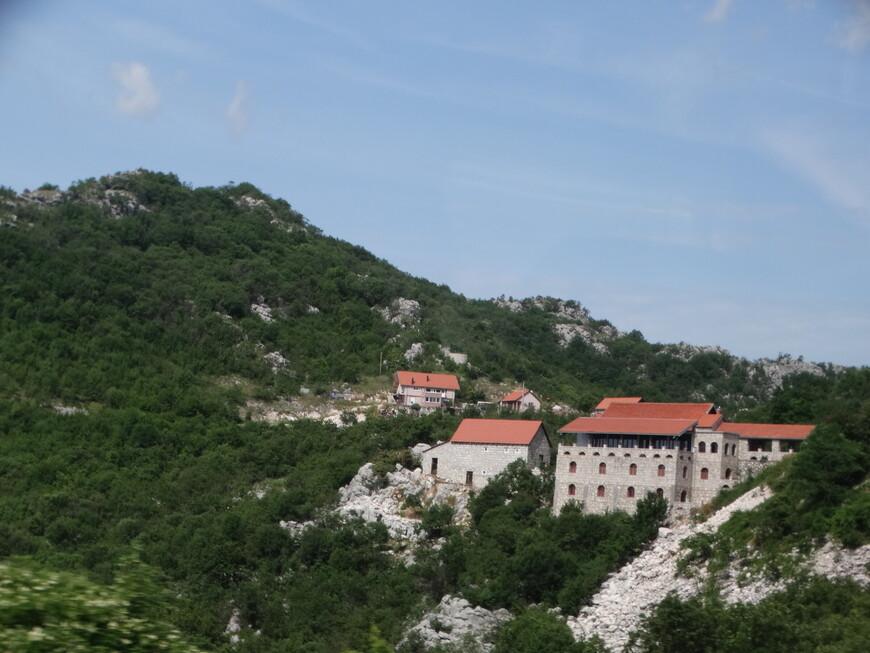 Горы Черногории возвышаются  над морем более чем на 2000 метров, а на их склонах  ютятся местные деревеньки и небольшие поселения.
