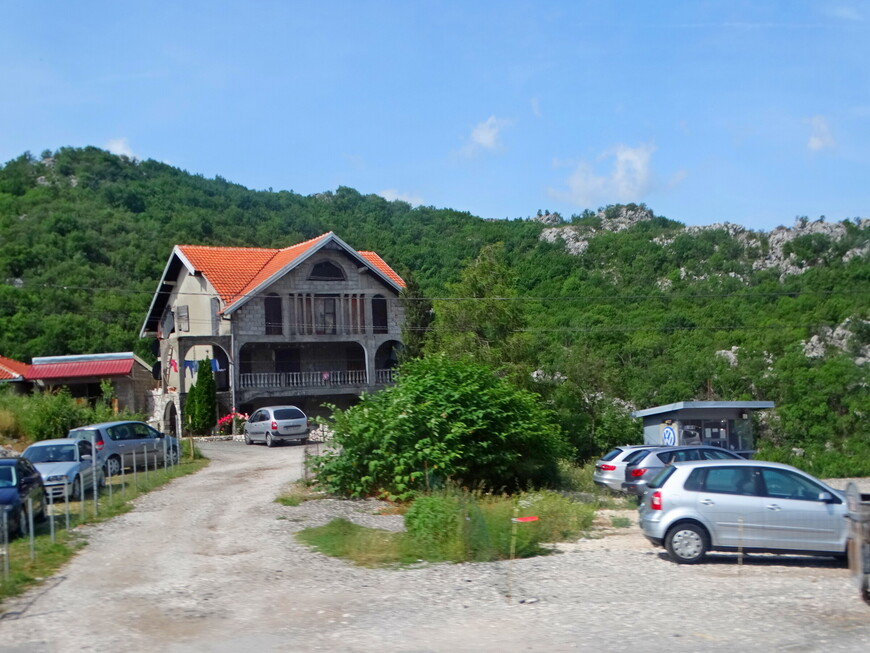 Черногорцы любят отдыхать в горах.  В страну чудесных гор  устремляется и много туристов со всего мира.