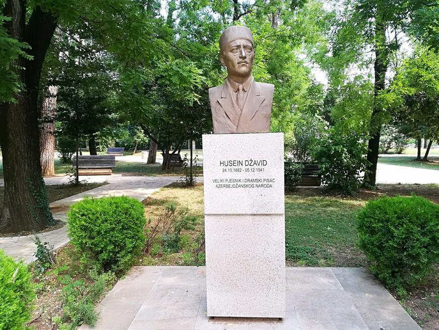 Рядом с памятником Божидару Вуковичу находится  бюст азербайджанского поэта и драматурга Гусейна Джавида.