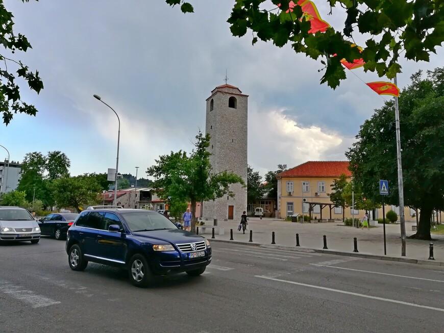 Первые турецкие постройки были возведены здесь в 1486 году: дома, мечеть, магазины, резиденция османских чиновников. В XVII веке в квартале  Стара Варош появились первые каменные укрепления, форт был оснащён мощными бастионами, амбразурами и стенами. Гарнизон крепости состоял из 700 солдат, которым приходилось почти ежедневно противостоять черногорским борцам за независимость. Находящаяся в центре квартала Часовая башня  Сахат Кула - символ города,  одно из немногих сооружений сохранившихся из тех далёких времён. Башня была построена как непременный атрибут любого захваченного османами европейского города. Она является  архитектурной доминантой в квартале Стара Варош на площади  военачальника Бечир - Бега Османагича.