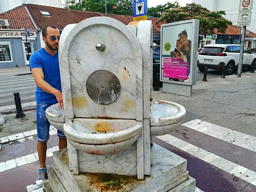 Питьевые фонтанчики. Вода в них безопасная, очень вкусная, чистая, горная. По бульвару Ивана Черноевича можно  дойти до центрального стадиона.