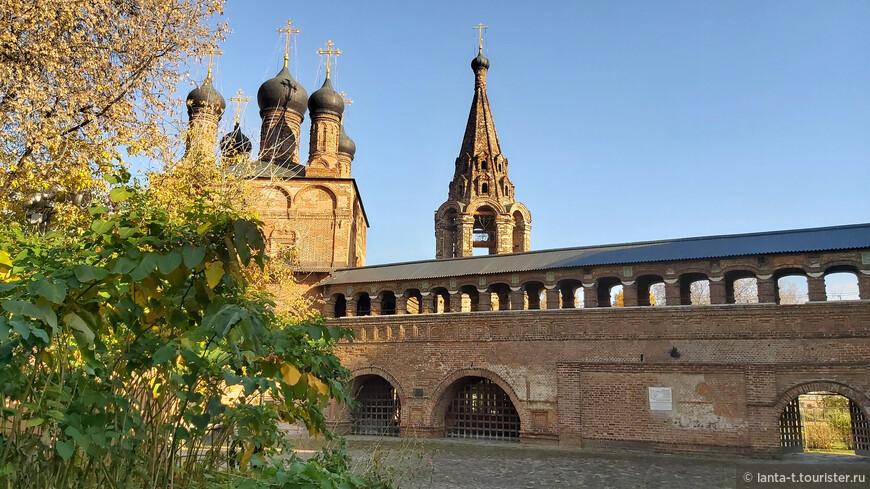 В 1693–1694 годах Осип Старцев возводит эту стену-переход на Крутицком архиерейском подворье. Это открытая галерея с аркадой на круглых столбах во втором ярусе. На столбах верхней аркады в кирпичную кладку вставлены  рельефные изразцы.