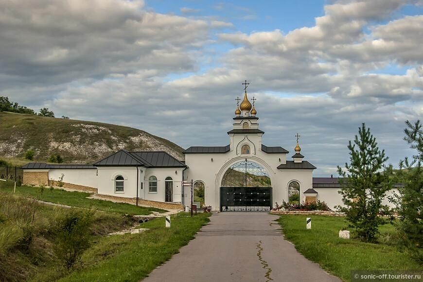 Въездные ворота в Костомаровский женский Спасский монастырь