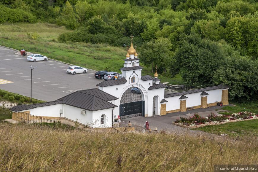 За воротами есть бесплатная парковка, на которой размещается и личный транспорт туристов и автобусы с экскурсионными группами. Там же расположен бесплатный туалет.