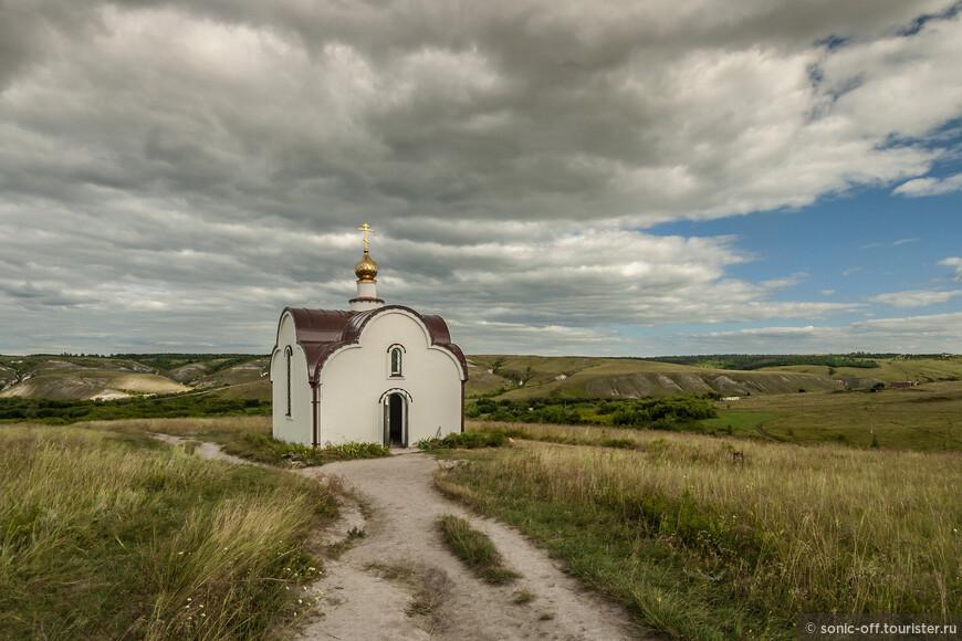 Часовня Распятия Христова построена после 2000 года в память блаженного священномученика Петра (Еремеенко), могила которого находится внутри.