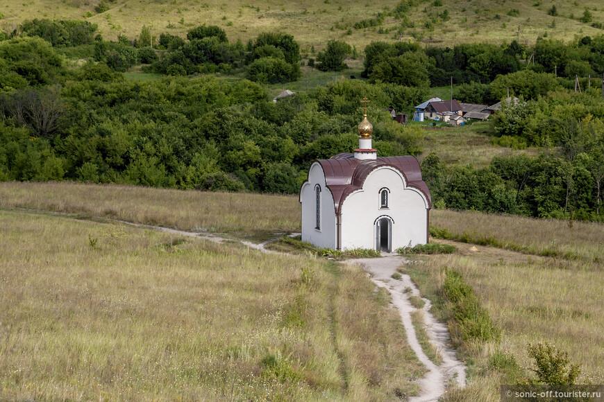 Часовня находится на середине пути к вершине горы