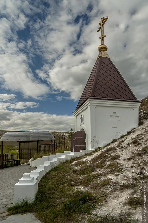 Вход в Пещеру Покаяния. Известная на всю Россию, одна из самых длинных пещер в меловой горе.