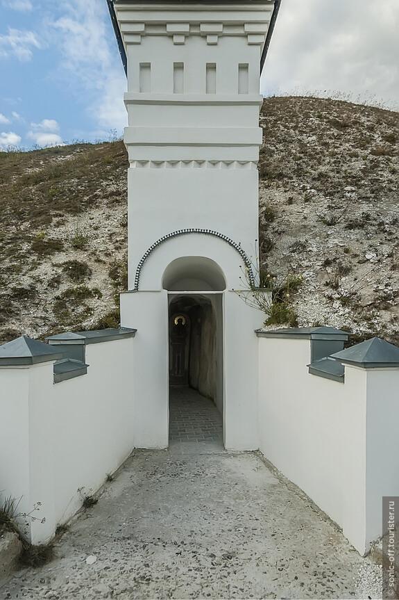 На меловых склонах Спасского монастыря сохранились 3 кельи затворников, доступные для посещения.
