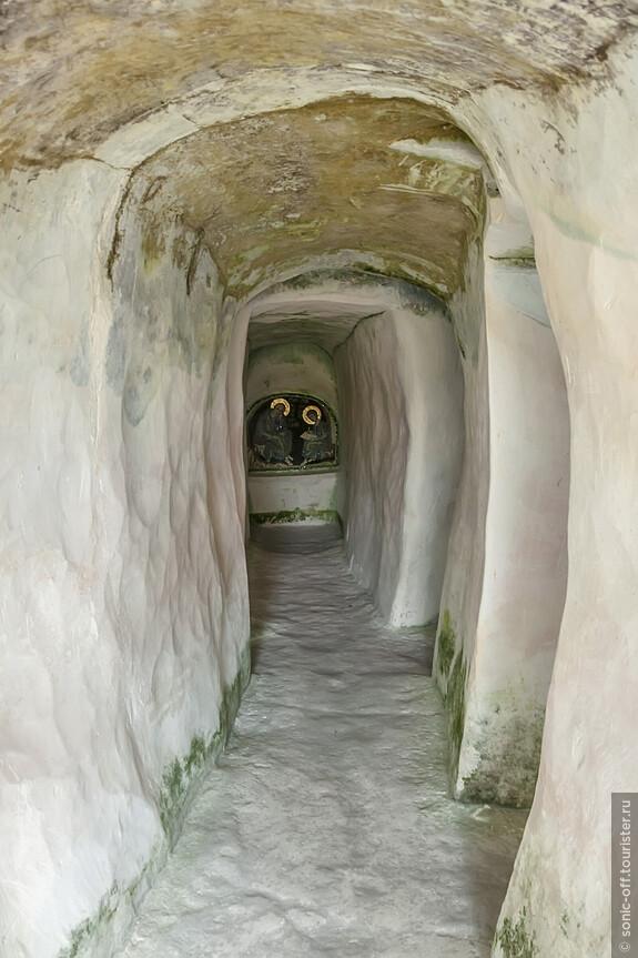 Последним Костомаровским отшельником (жил в пещере Покаяния) был отец Петр, расстрелянный в 1937 году прямо на том месте, где принимал исповедь.