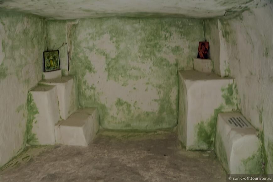 Здесь и зимой, и летом температура держится на уровне 13-14°, влажность такая, что стены сплошь покрыты зеленой плесенью.