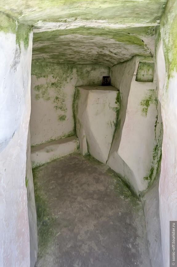 В этом затворе жил столпник – молитвенник, никогда не позволявший себе сесть или лечь и даже на ночь его привязывали к стене.