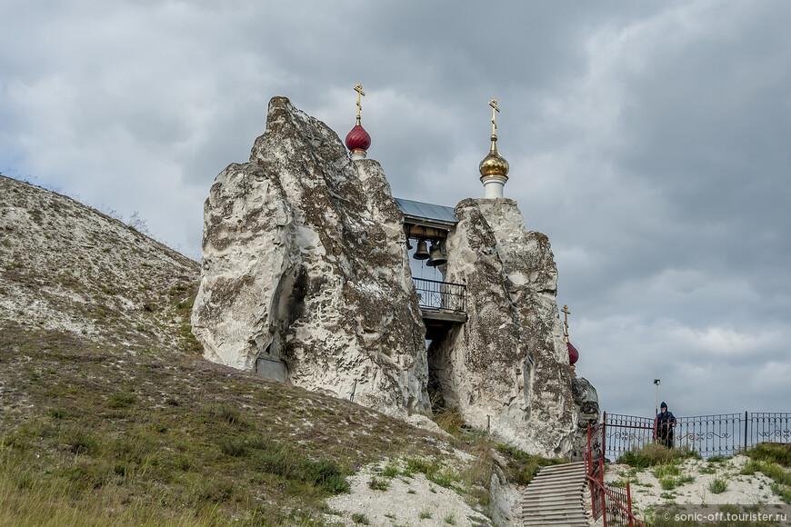 Спасский пещерный комплекс венчают две меловые скалы – дивы, сложенные из твердых пород. Между дивами висят колокола, а стены украшены мозаичными иконами.