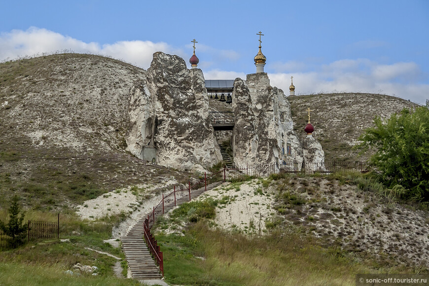 После революции 1917 года пещерные обители — как Костомаровский монастырь, так и Успенский Дивногорский и Воскресенский Белогорский монастыри, были закрыты. Но в Костомаровских пещерах тайно продолжали жить некоторые подвижники.