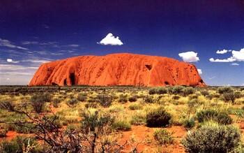 В Австралии сотни людей собрались у скалы Улуру, чтобы в последний раз на неё подняться