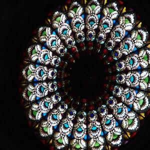Средневековая окно-розетка в соборе