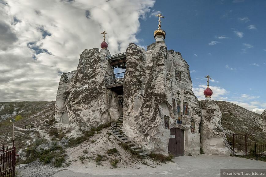 Своды пещеры держатся на 12 меловых колоннах. До революции храм имел хорошо укрепленный вход, колодец, замаскированный запасный выход и, при надобности, мог выдержать длительную осаду. В