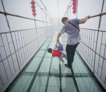 В Китае закрывают стеклянные мосты