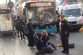 В Стамбуле водитель автобуса въехал в людей на остановке и напал на них с ножом