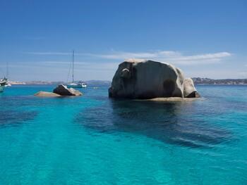 На Сардинии задержали туриста, пытавшегося вывезти с пляжа 45 кг песка