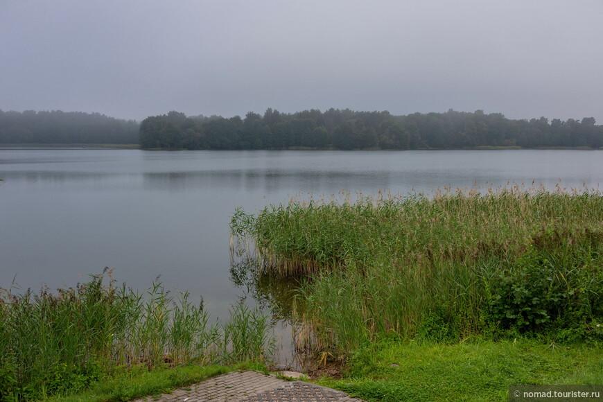 Тракай расположен на длинном узком полуострове, окруженным озерам Гальве, Лука и Тоторишкес.