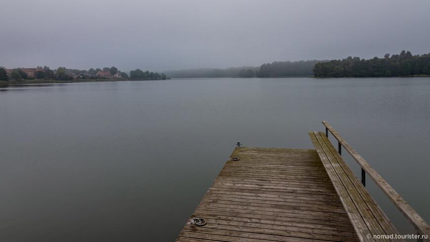 Вообще в этом районе находится около 200 озер и масса небольших островков, на одном из которых и стоит искомый Тракайский замок.