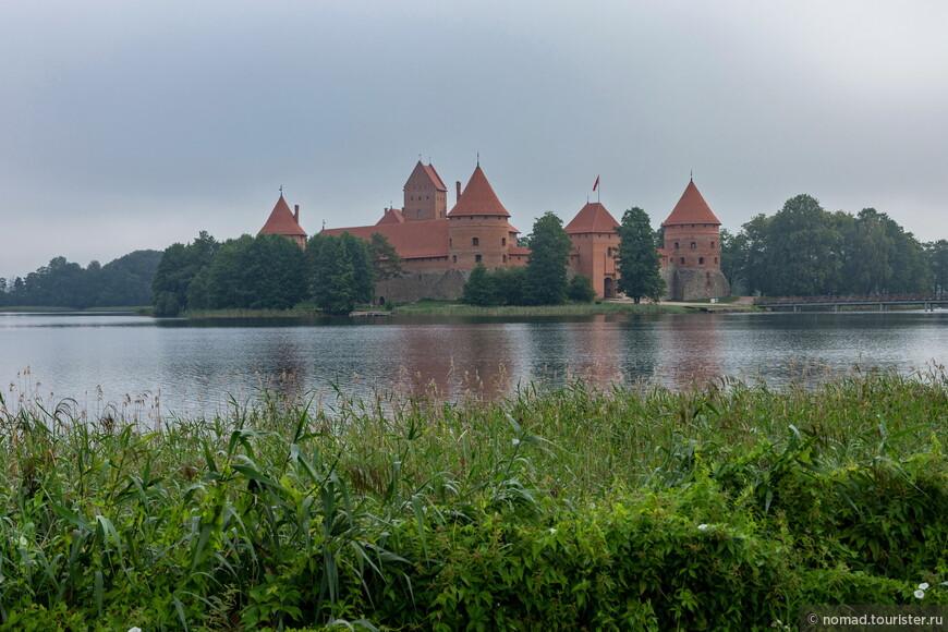 Замок открывался в 10 часов, но еще не было девяти (я специально приехал туда пораньше), так что я бродил вдоль берега озера в поисках интересных ракурсов.