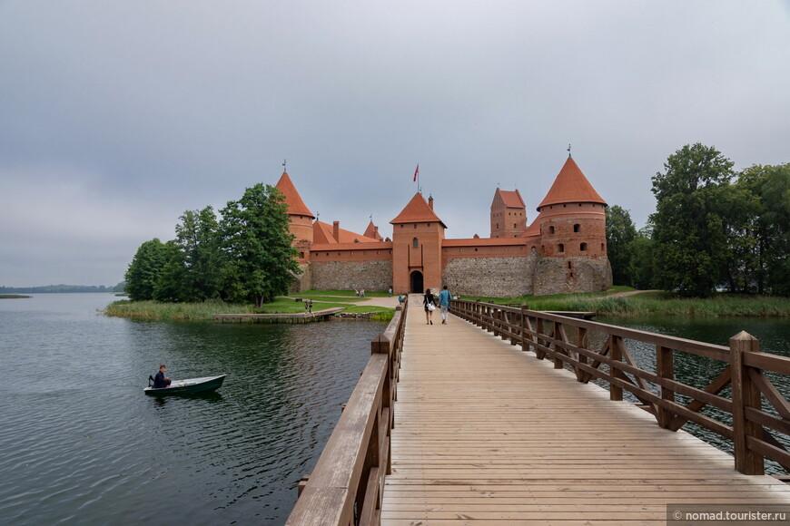 Утром народу практически не было, и мне удалось поснимать замок и ведущий к нему мостик практически в полном одиночестве...