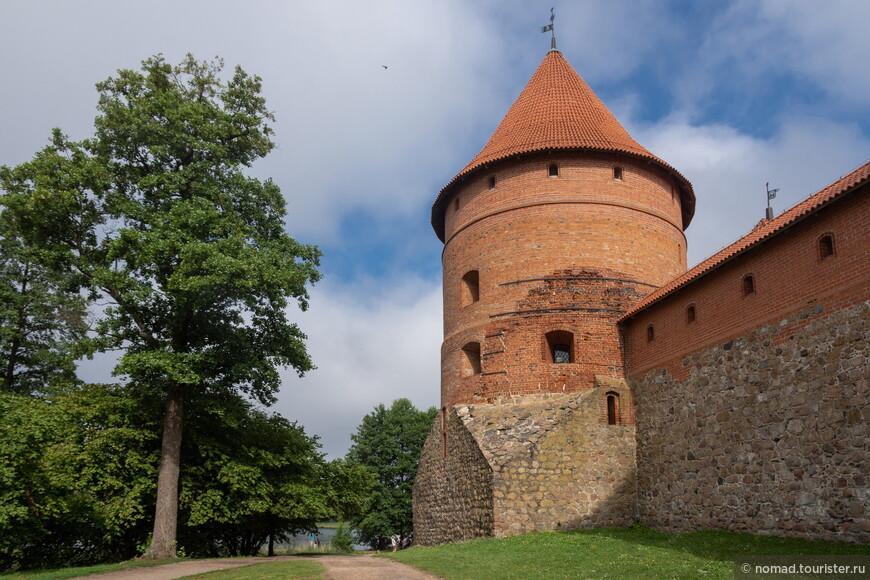 Ближе в 10 утра ко входу в замок начал подтягиваться народ, так что я занял место около входа, чтобы потом не стоять в быстро образующейся очереди.