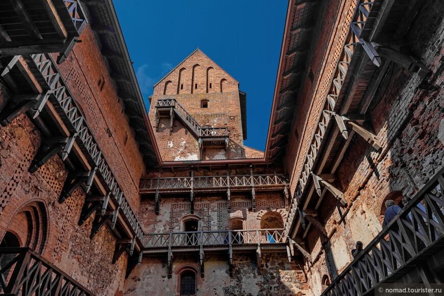 Внутренний двор самого замка напоминал прямоугольный кирпичный колодец с многочисленными лестницами по периметру.