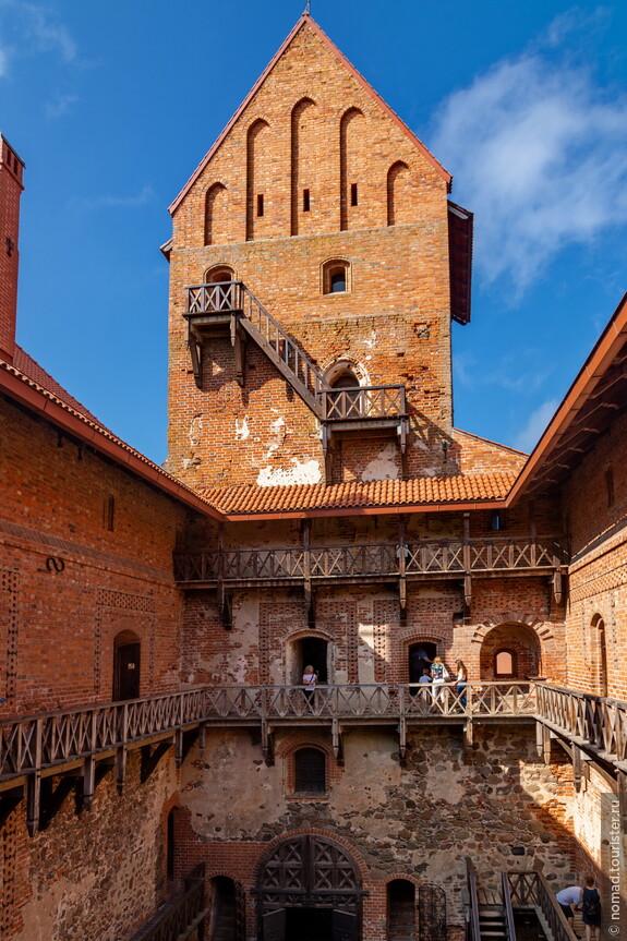 В помещениях замка расположены музеи с, в общем-то, недурным собранием разных древностей.