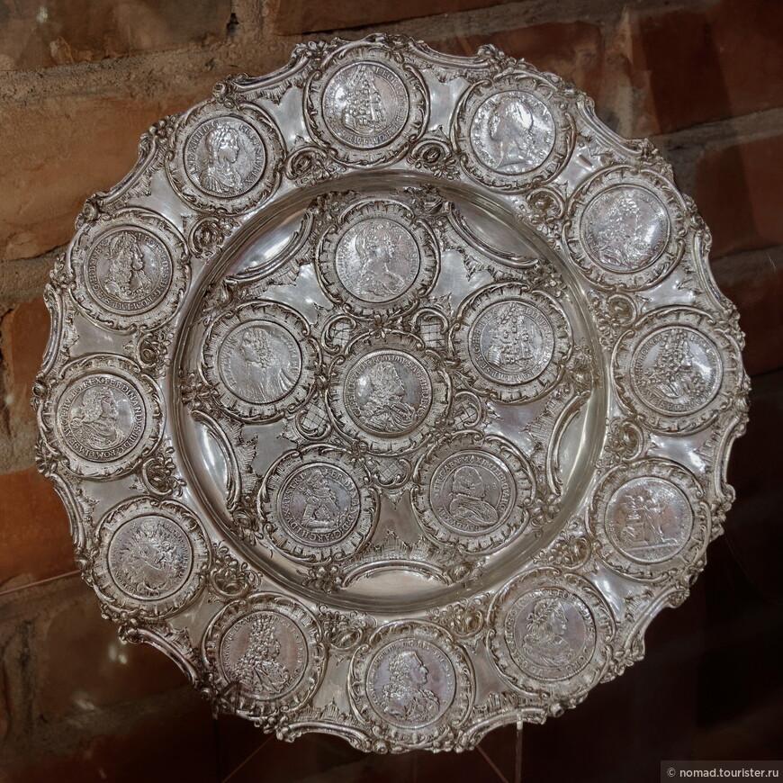 В экспозиции представлены здоровые серебряные блюда со впаянными в них серебряными талерами и прочими крупными монетами. Мне кажется, что если бы реализовать эти монеты отдельно от блюда, то их стоимость была бы в разы выше, чем стоимость этого блюда...